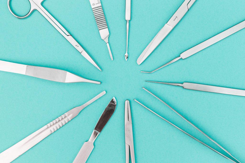 mesa con herramientas de quirófano